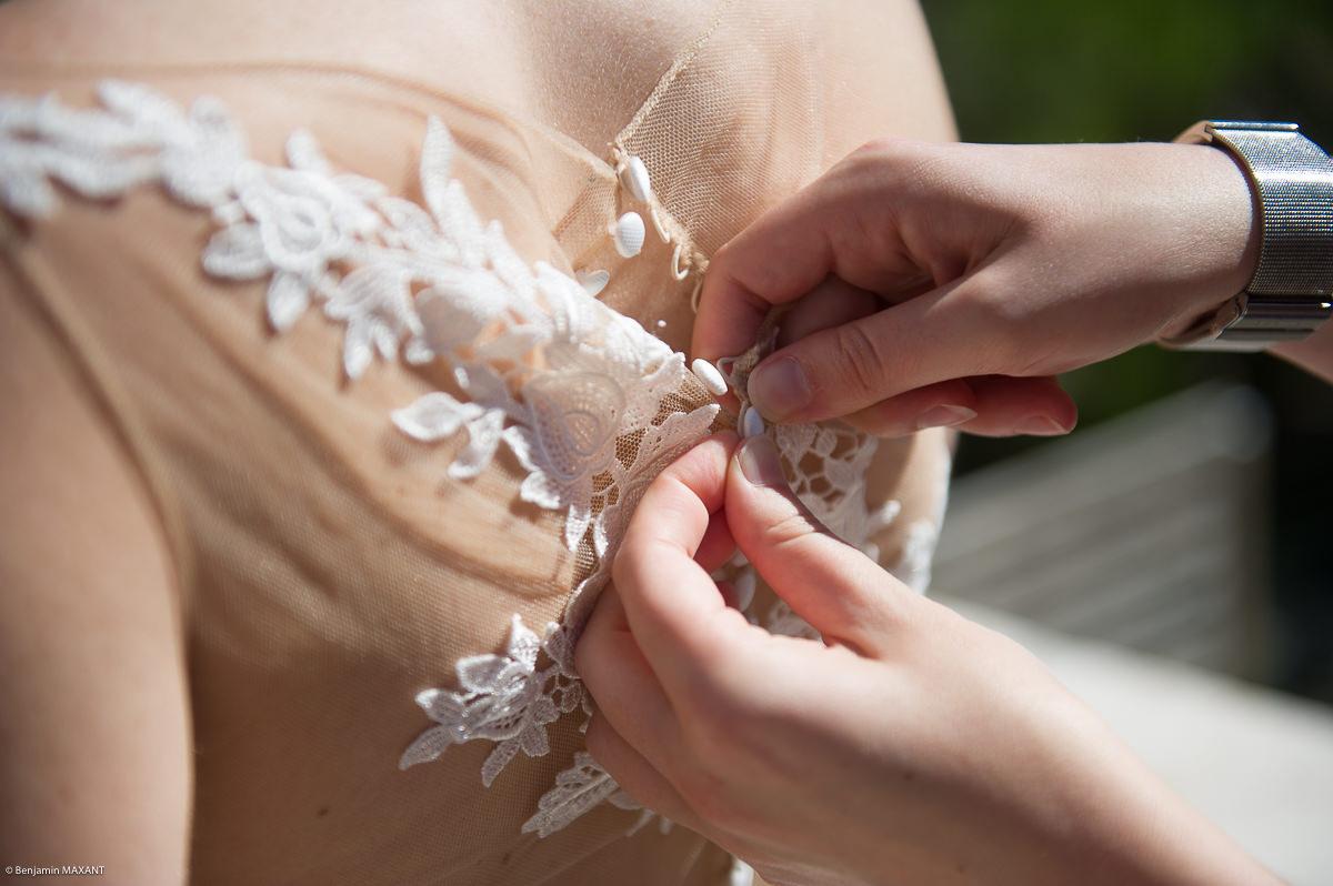 Préparation de la mariée - boutonnage de la robe