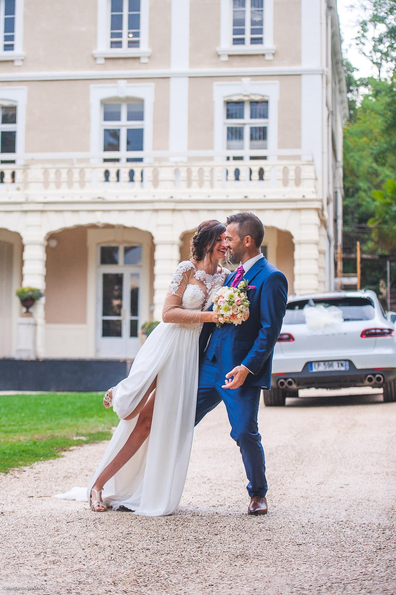 La séance photo des mariés au Domaine de Château Laval à Gréoux les Bains