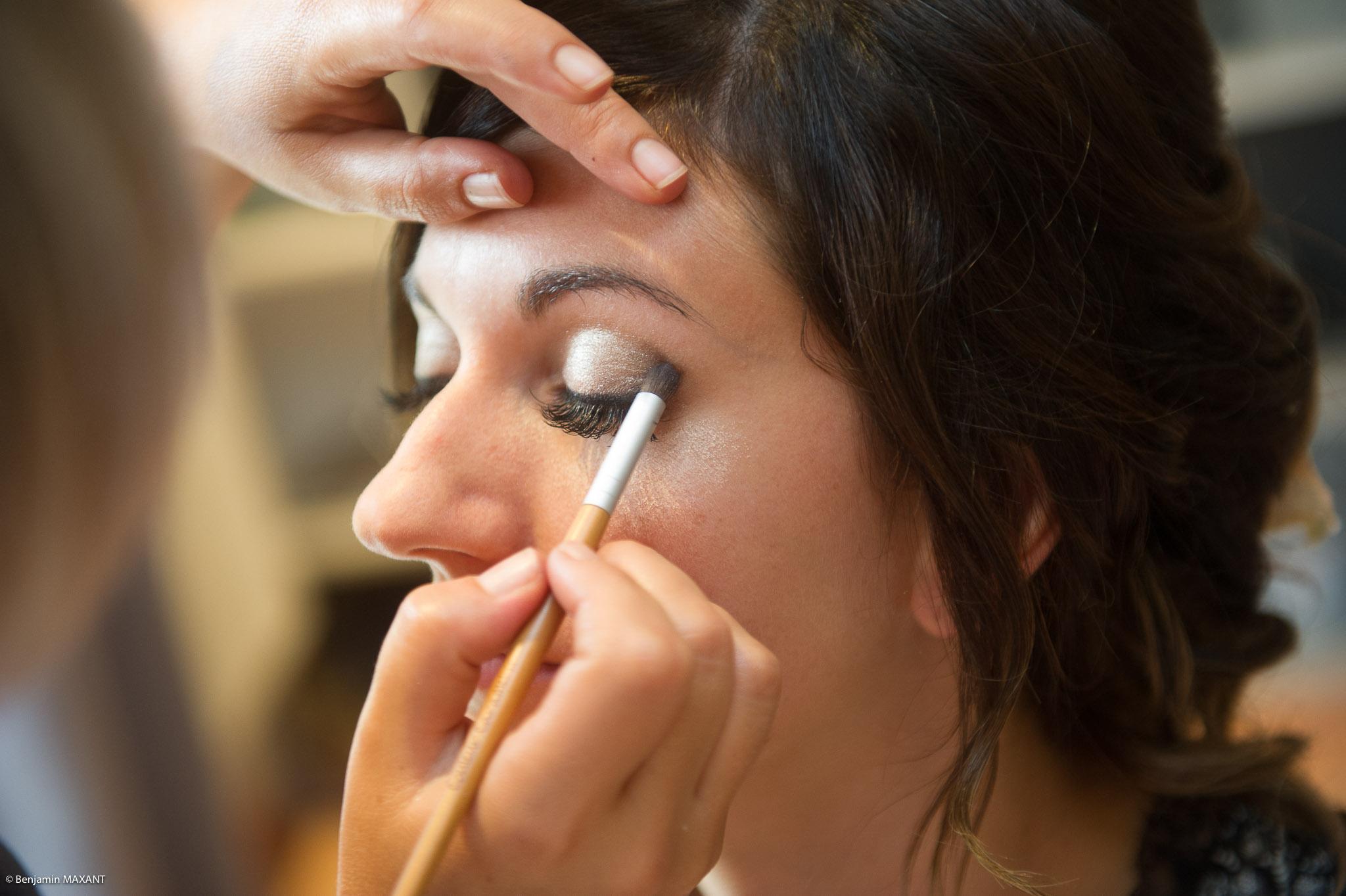 Préparation de Julie la mariée : le maquillage sur les paupières