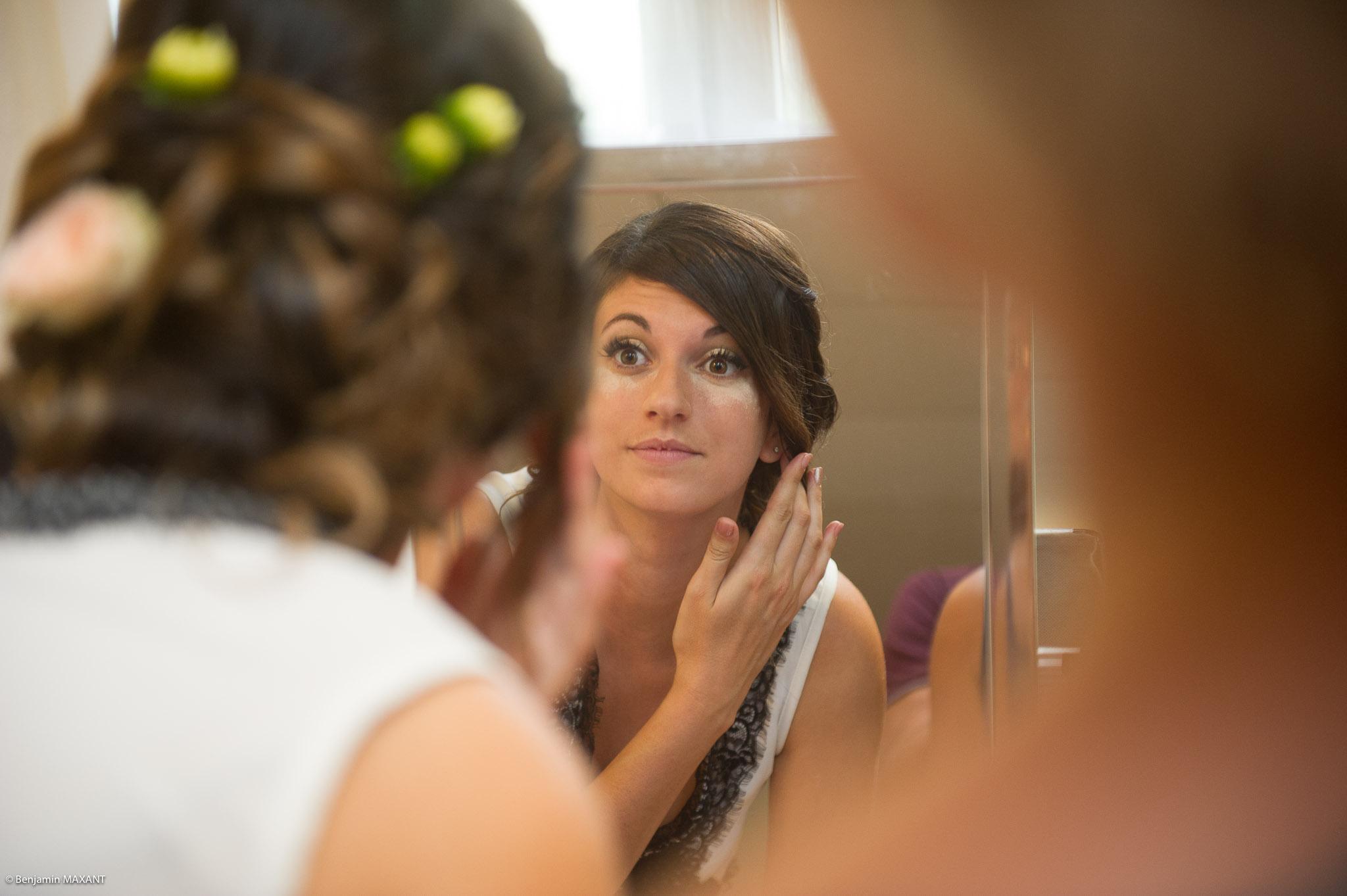 Préparation de Julie la mariée : vérification du maquillage devant le miroir