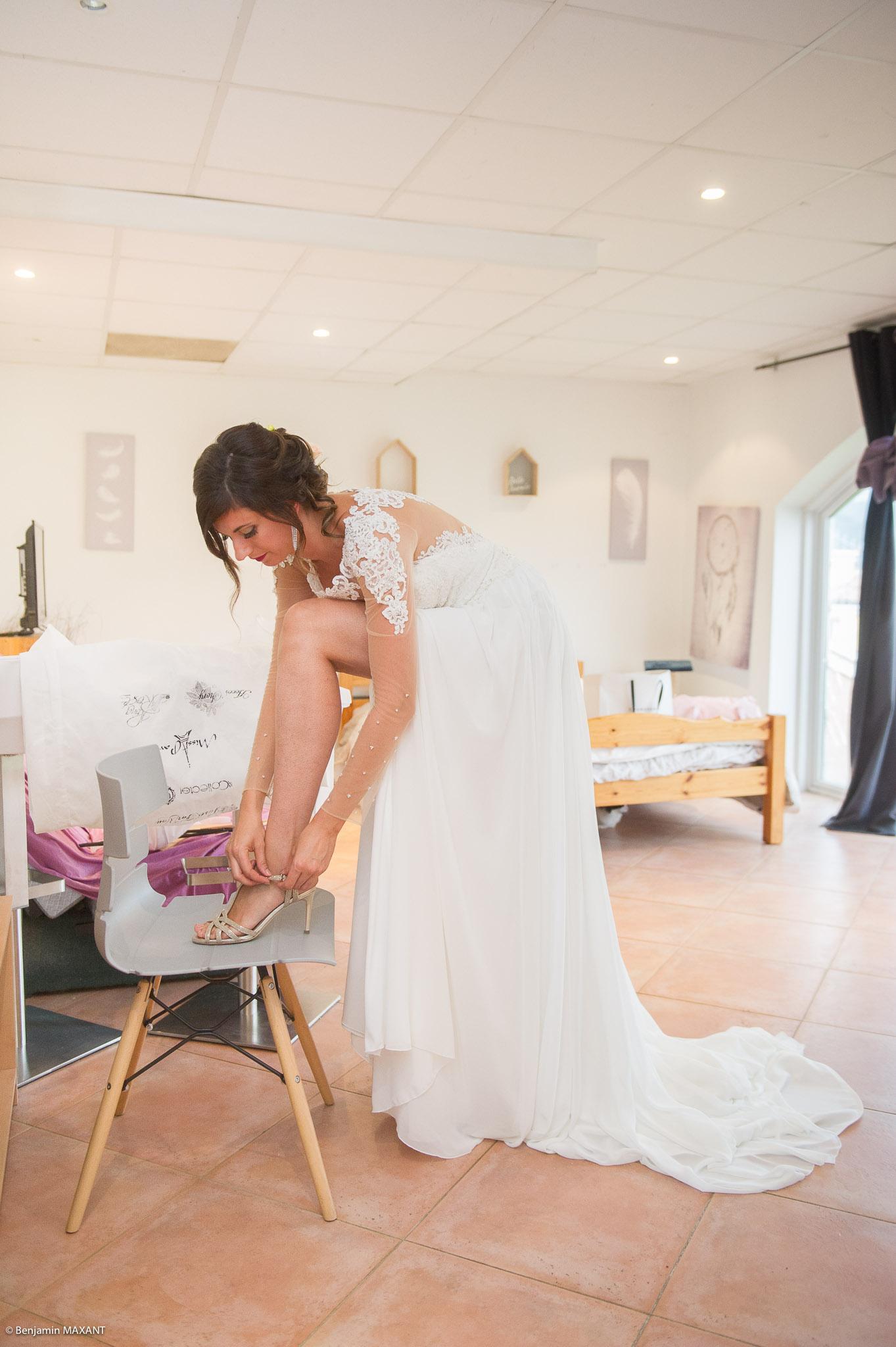 Passage de la robe de mariée : Julie ajuste ses chaussures à talon