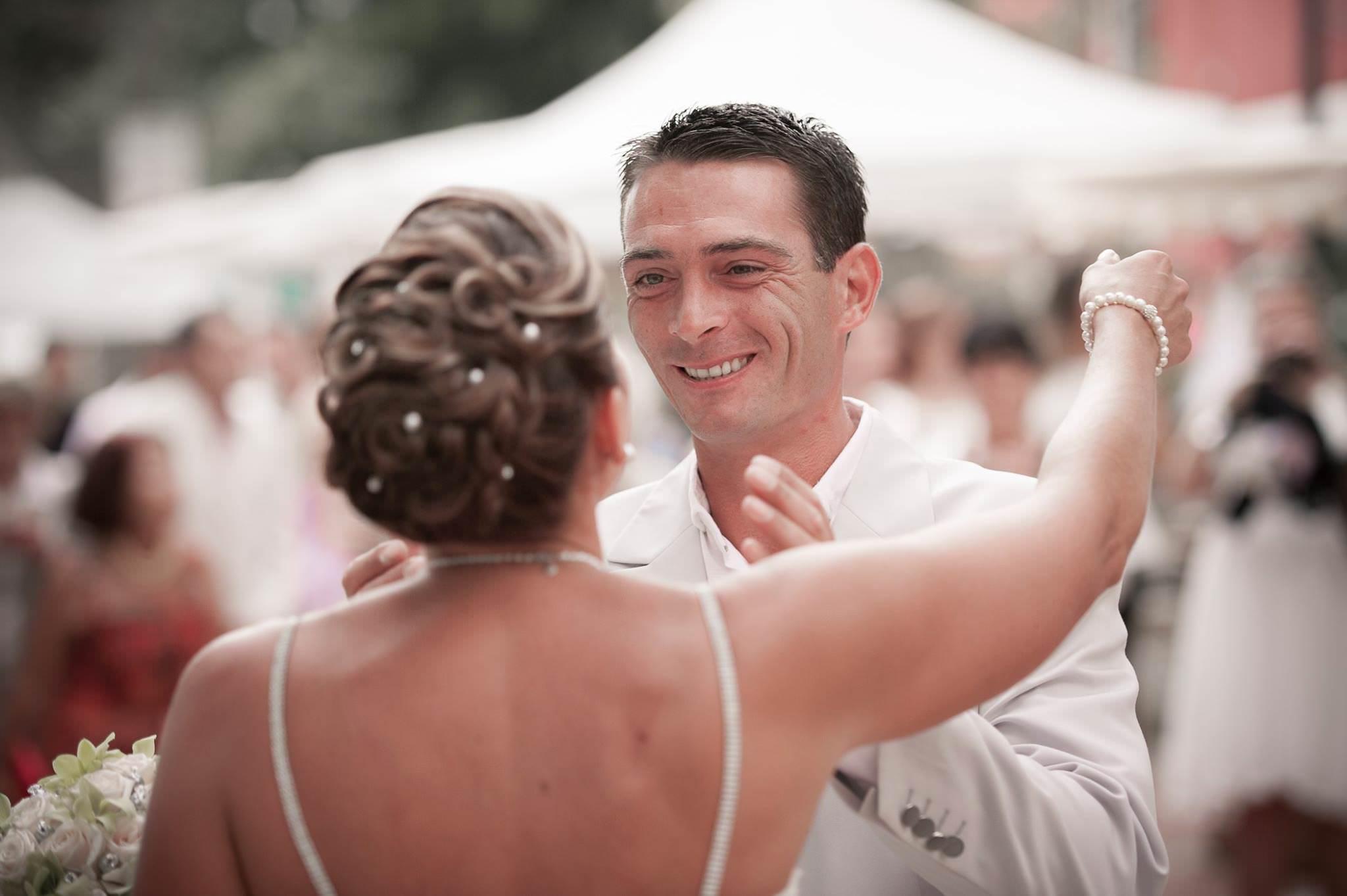 Le marié voit sa mariée pour la première fois