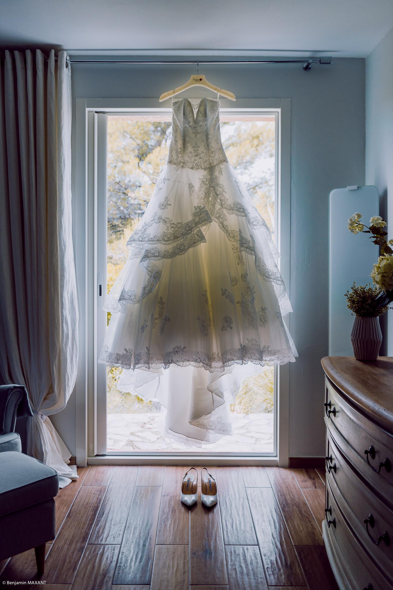 La robe de la mariée attendant d'être portée