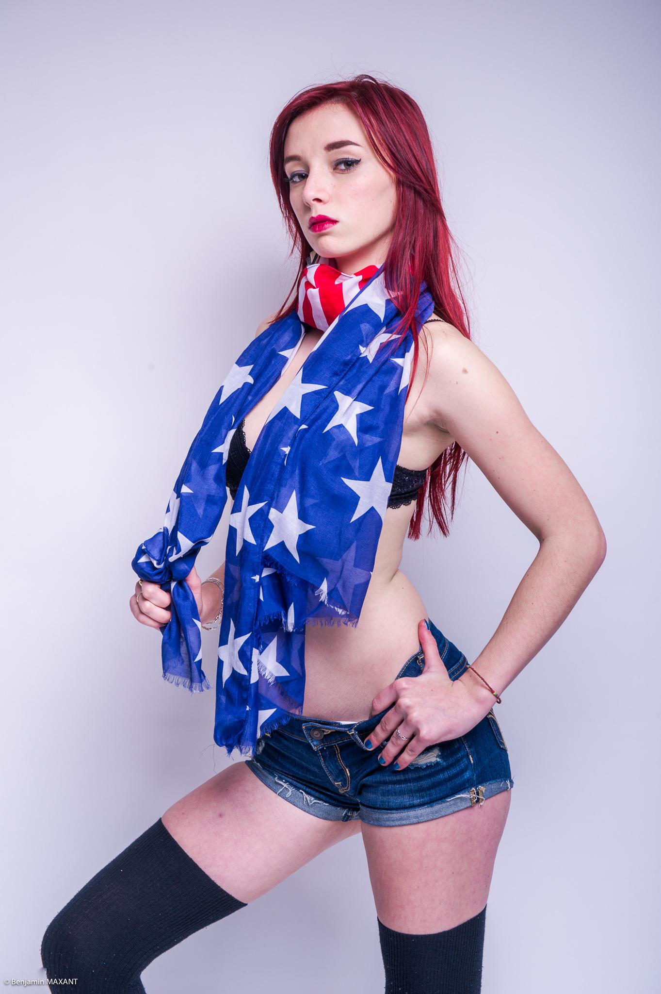 Séance photo modèle Julia studio à Nice short jean soutien gorge drapeau américain