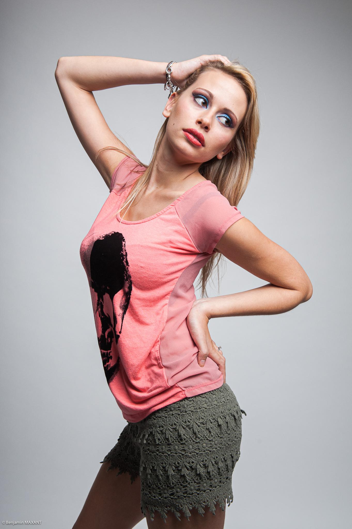 Séance photo modèle du type casual fashion estival en studio - short kaki et t-shirt imprimé rose
