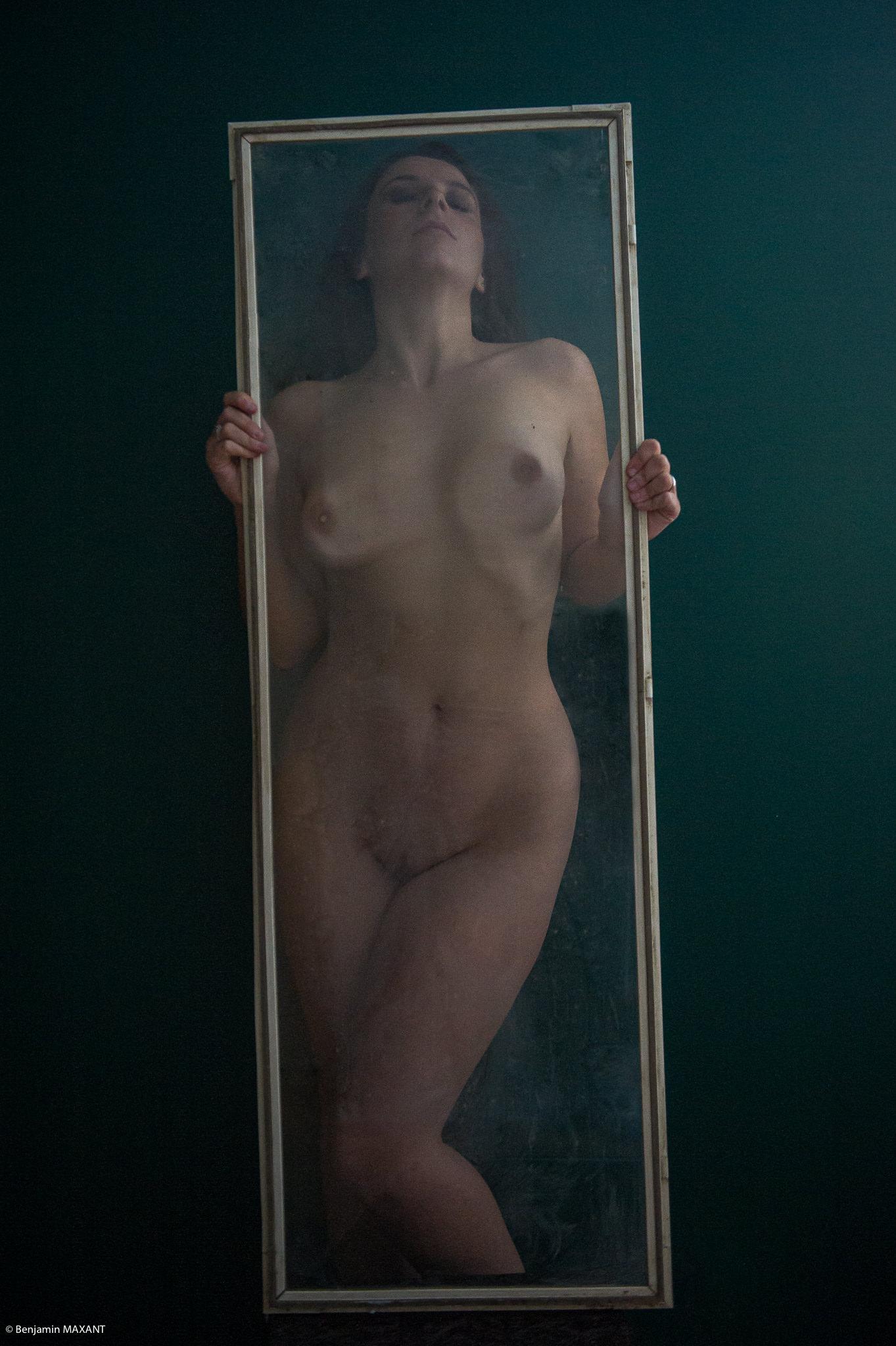 Séance photo Nu Artistique modèle derrière porte en plastique