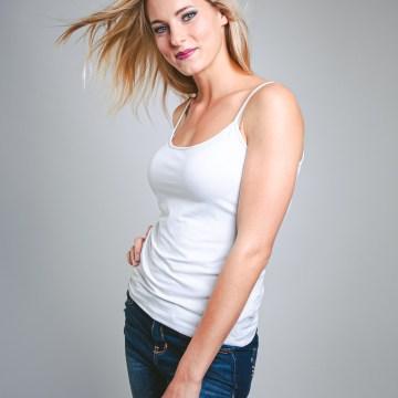 Séance photo modèle en studio jean top modèle blonde
