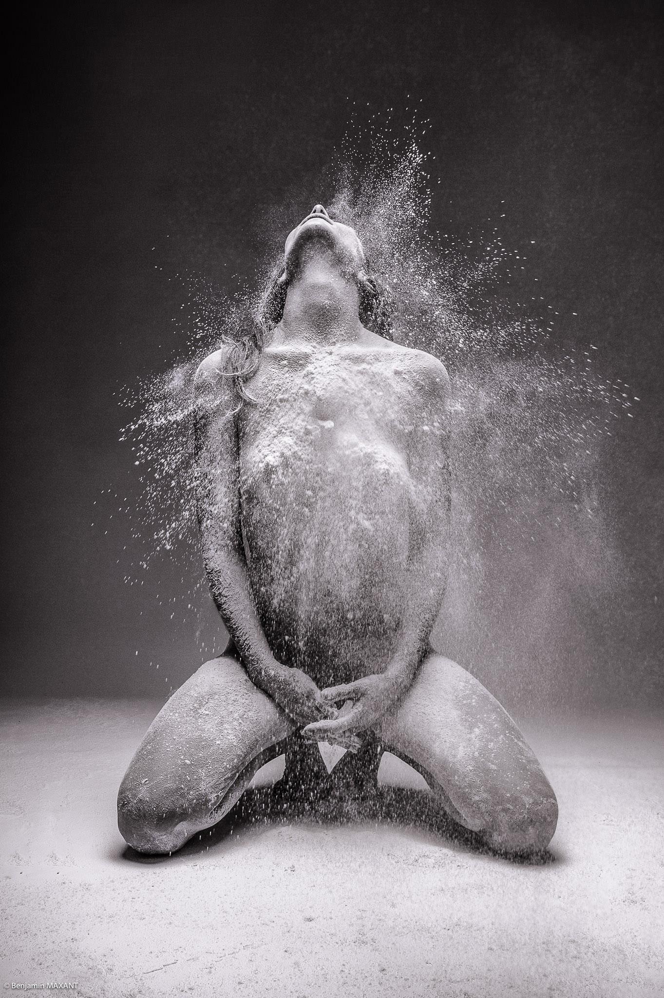 Séance photo nu artistique envoi matière blanche sur le corps