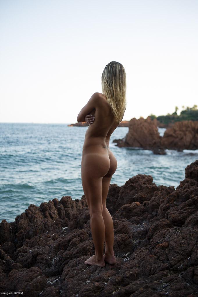 Séance photo nu en extérieur femme face à la mer