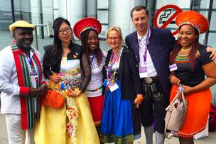 Cerca de 24 mil delegados de 10 países estarão presentes Testemunhas de Jeová 2014 Convenção Internacional no Centro de Convenções do Havaí em novembro 14-16 e 21-23. Muitos se vestem com roupas tradicionais de seus países, como se vê nesta foto.