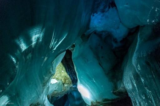 Långt nere i en glaciärgrotta på Svalbard är nästan allt ISBLÅtt