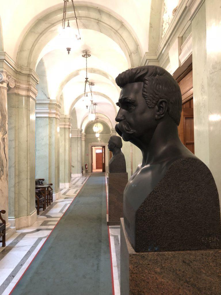 Män står staty. Här Hjalmar Branting.
