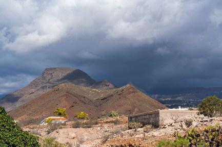 Bakom bergen -av Margareta