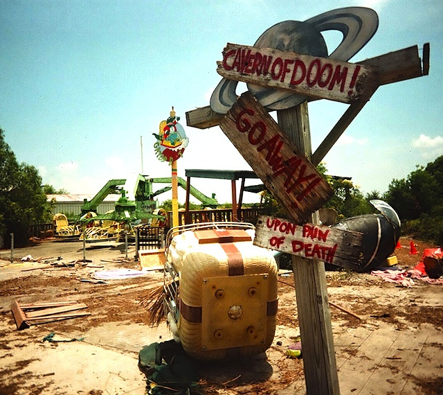 Photos of ruined and rotting themeparks around the world