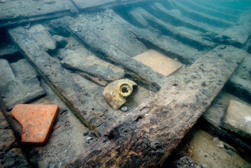 Broken-wine-jug-found-on-Golden-Fleece-hull