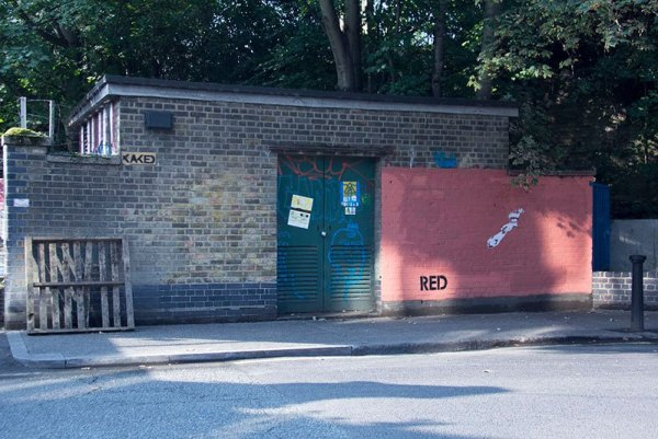 street-artist-mobstr-and-city-worker-have-year-long-exchange-on-red-wall-in-london-2