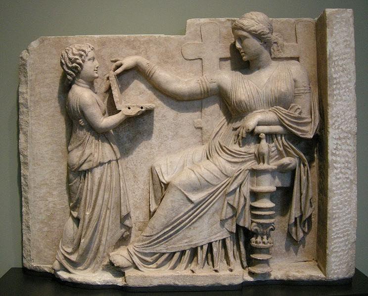 744px-Arte_greca,_pietra_tombale_di_donna_con_la_sua_assistente,_100_ac._circa