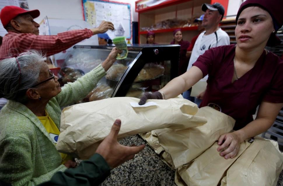 People buy bread at a state-run bakery in Caracas, Venezuela, June 25, 2016. REUTERS/Mariana Bazo