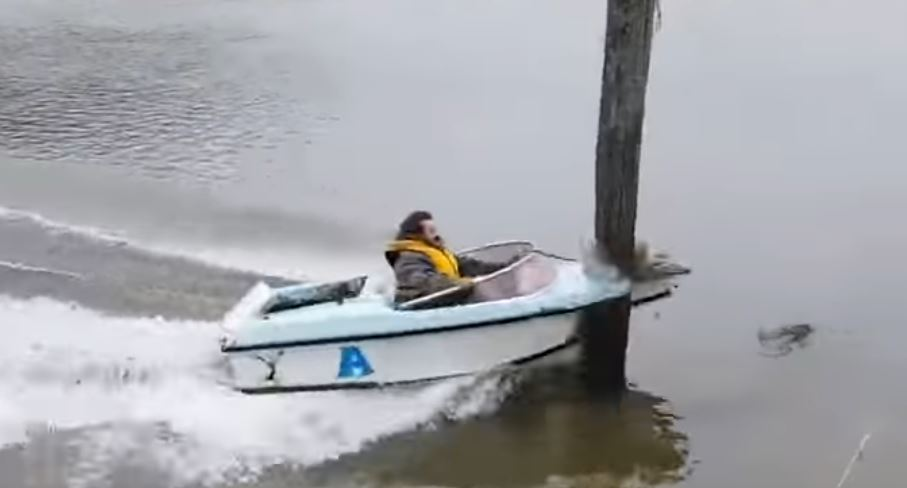 Man expertly directs speedboat into pole