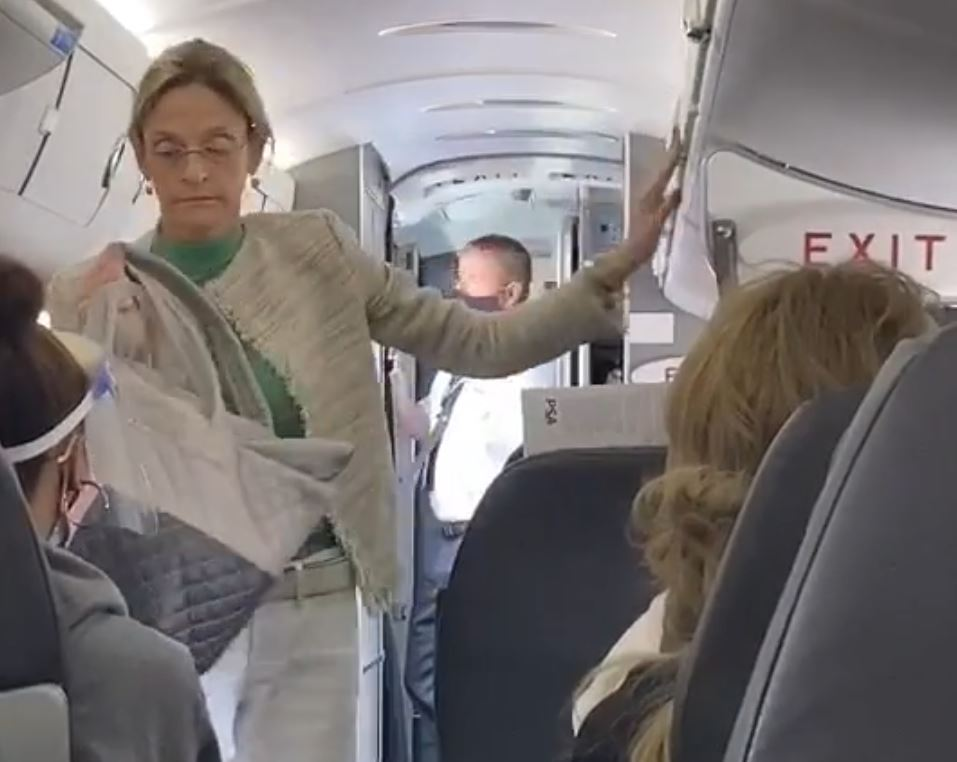 Passengers clap as unmasked woman deplaned