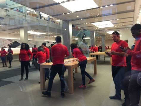 Apple Store Empty in Chicago Black Friday Protests (Lee Stranahan / Breitbart News)