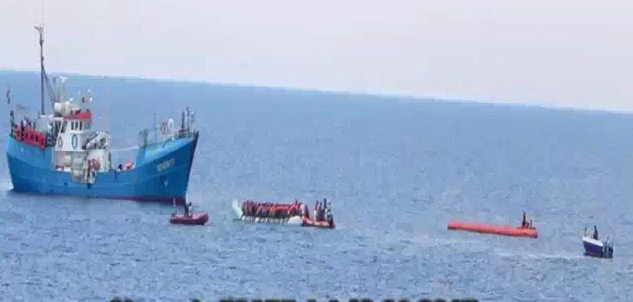 https://i1.wp.com/media.breitbart.com/media/2017/08/Fluechtlingshilfsschiff-Iuventa-nimmt-Fluechtlinge-an-Bord-2.jpg