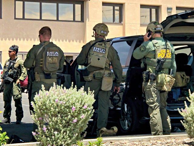 Organy ścigania z różnych agencji pracują na scenie strzelania w centrum handlowym w El Paso w Teksasie w sobotę 3 sierpnia 2019 r. Wiele osób zostało zabitych, a jedna osoba była w areszcie po tym, jak strzelec wpadł w szał na zakupy centrum handlowe, policja na granicy z Teksasem…