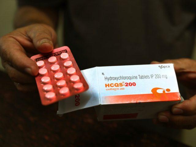 PLIK - W ten czwartek, 9 kwietnia 2020 r. Zdjęcie z pliku, chemik wyświetla tabletki hydroksychlorochiny w New Delhi w Indiach.  Naukowcy z Brazylii przerwali część badań nad lekiem na malarię reklamowanym jako potencjalna metoda leczenia koronawirusa po problemach z rytmem serca u jednej czwartej osób, biorąc pod uwagę wyższą…