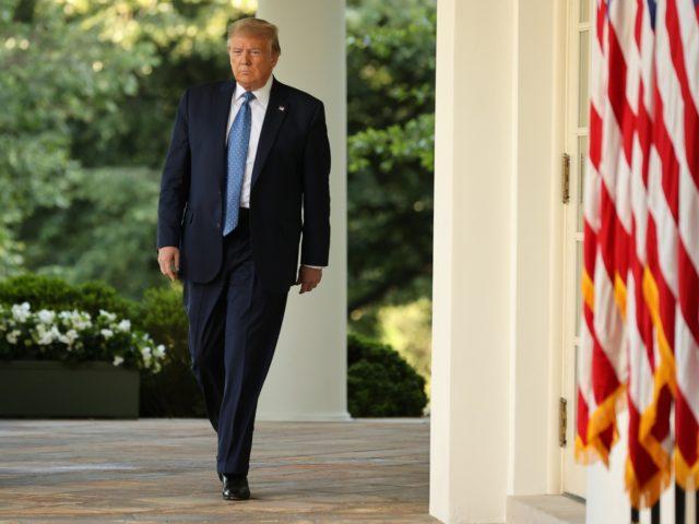 """ВАШИНГТОН, ДЦ - 01 јуни: Американскиот претседател Доналд Трамп излегува од Белата куќа за да даде изјава пред печатот за враќање на """"законот и редот"""" на 1 јуни 2020 година во Вашингтон.  Претходно истиот ден, претседателот Доналд Трамп ги охрабри американските гувернери да бидат поагресивни против насилните…"""