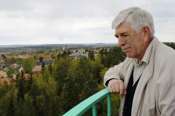 Bengt Lindstrand studerar närområdet