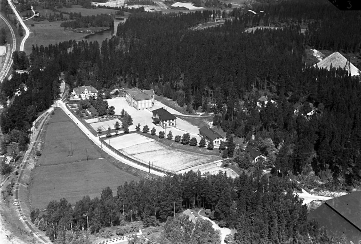 Flygbild från söder över Fagersta Skola och slaggberget i skogen till höger, (öster) och kolhuset i nedre högra hörnet. 1941