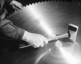 Riktning av cirkelsågsblad med en speciell rikthammare år 1942