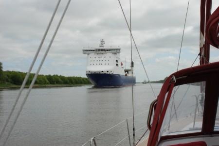 Stor båt på kanal