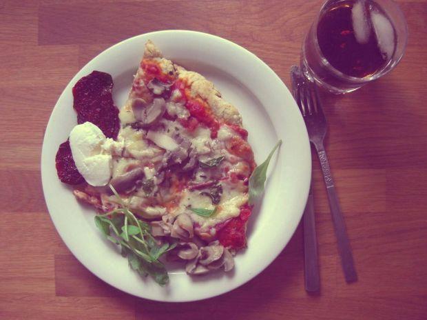 hemmagjord pizza mozzarella soltorkade tomater