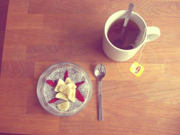 Chiapudding med banan och jordgubbar samt en kopp te