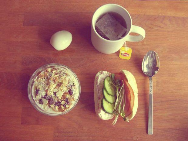 Kokt ägg, te, naturell yoghurt med müsli, nötter och russin, smörgås med räksallad, gurka, rökt skinka och solrosskott