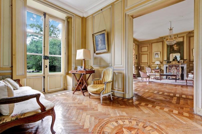 l'histoire du château de bouthonvilliers racontée parses propriétaires actuels dans le salon jaune