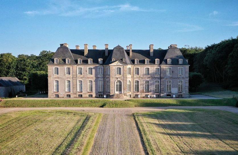 le château de Saint-Pierre-Eglise dans la MANCHE depuis son parc et jardin