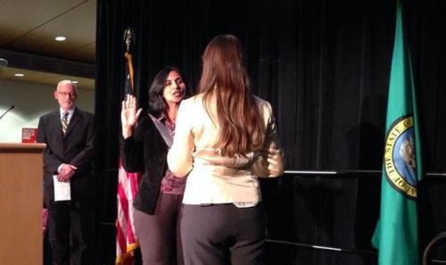 卡薩姆.斯旺特(Kshama Sawant)作為一個社會主義者於2013年11月歷史性地以10萬票當選西雅圖市議員。