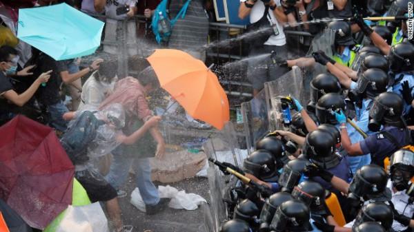 雨傘革命:抵擋胡椒噴霧!