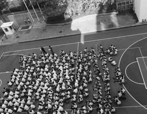 二百名中學生罷課,在操場靜坐