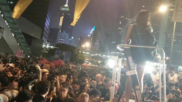 10月4日,社會主義行動的鄧美晶在10萬人集會上演講。