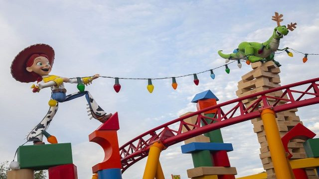 weoruytr8476982_1541763404748_13729871_ver1.0_1280_720 'Toy Story' Land wrangles up the holidays