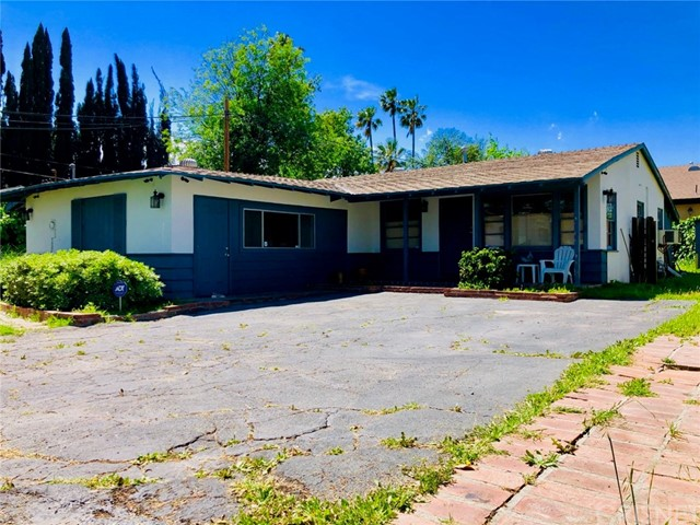 Great opportunity for first time buyer, investor, GHCHS future students, contractors, and builders. Located within the highly sought-after Granada Hills Charter High School boundaries. Prime spot with ample space and opportunity for growth, ADU, and more.