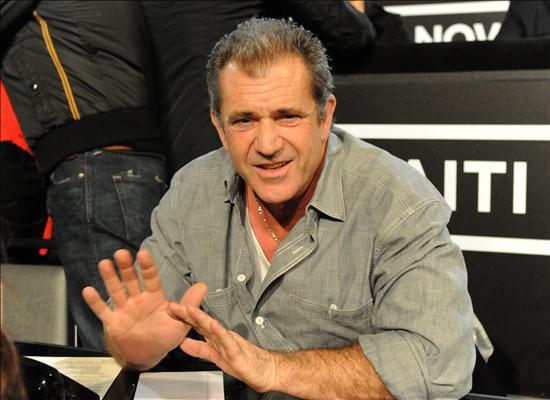 Fotografía cedida por MTV hoy, viernes 22 de enero de 2010, en la que se observa al actor y director estadounidense Mel Gibson al esperar a responder teléfonos durante la Telemaratón de Solidaridad con Haití en Los Ángeles, California (EEUU). EFE/JEFF KRAVITZ/HOPE FOR HAITI NOW/MTV
