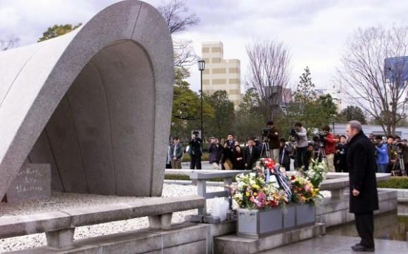 El Comandante en Jefe Fidel Castro Ruz, durante su visita a la ciudad de Hiroshima, en Japón, el 3 de agosto de 2003, rindió homenaje a las victimas del bombardeo atómico de Estados Unidos ocurrido en agosto de 1945. AIN FOTO/Pablo PILDAIN/sdl