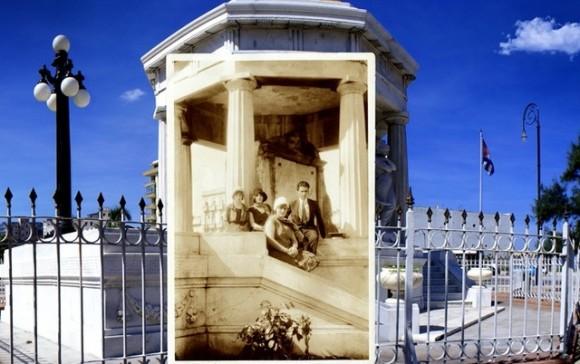 Pablo de la Torriente Brau, com três de suas irmãs, no monumento a estudantes de medicina, ao lado do Malecón de Havana.