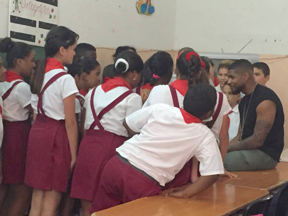 Usher conversa con niños cubanos durante su visita a La Habana. Foto: Embajada de los EE.UU. en Cuba/ Cubadebate.