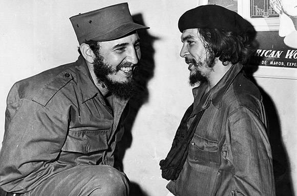 Primer encuentro de Fidel y Che desde la salida de las columnas invasoras de la Sierra Maestra y luego del triunfo revolucionario del 1ro de enero de 1959, en la Ciudad de Camagüey, el 5 de enero de 1959 / Sitio Fidel Soldado de las Ideas.