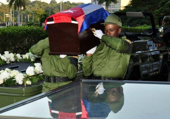 3-el-feretro-es-conducido-al-armon-militar-foto-roberto-garaicoa-martinez-cubadebate